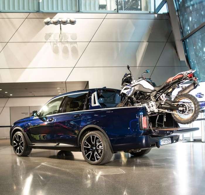 شاحنة بيك أب BMW X7 بالكاد تناسب دراجة نارية كبيرة